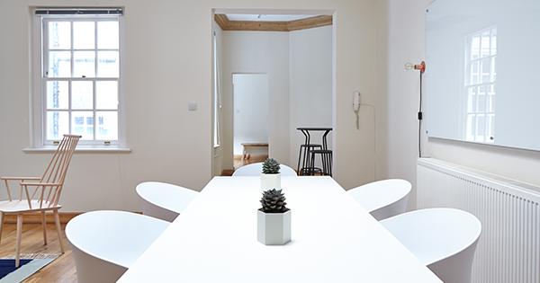 Malé izby? Potrebujete svetlý nábytok ajednoduché línie